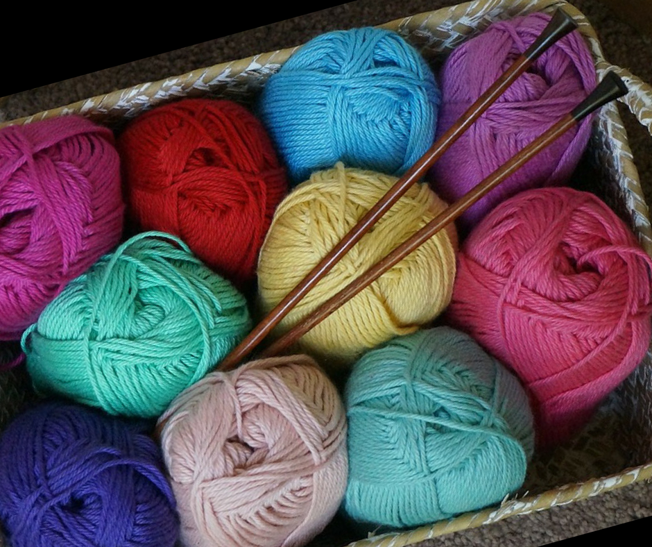 picture of yarn and knitting needles in a basket